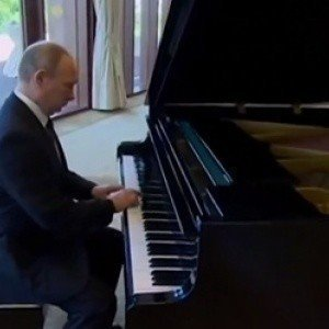 Russie : Quand Vladimir Poutine pianote du Britney Spears